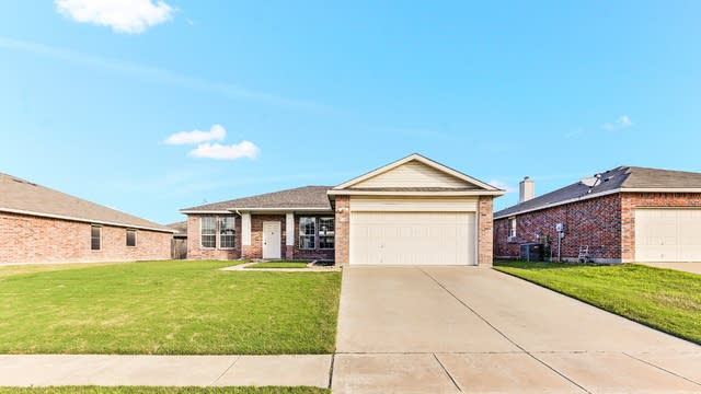 Photo 1 of 25 - 728 Sparrow Dr, Fort Worth, TX 76131