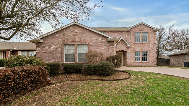 Photo 1 of 20 - 1002 Chatham Ln, Forney, TX 75126
