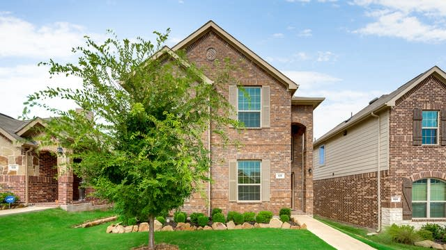 Photo 1 of 25 - 528 Cheyenne Dr, Aubrey, TX 76227