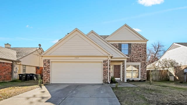 Photo 1 of 28 - 2525 Coldstream Dr, Fort Worth, TX 76123