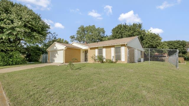 Photo 1 of 25 - 7665 Parkwood Ln, Fort Worth, TX 76133
