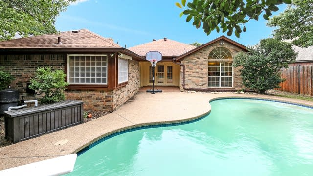 Photo 1 of 19 - 4908 Barberry Dr, Fort Worth, TX 76133