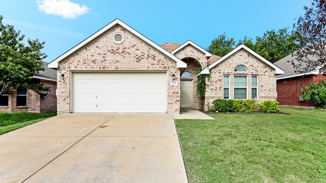 Photo 1 of 24 - 2712 Wakecrest Dr, Fort Worth, TX 76108
