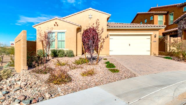 Photo 1 of 36 - 2146 W Red Fox Rd, Phoenix, AZ 85085