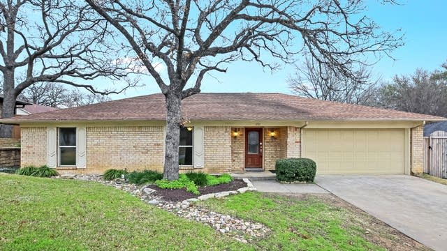 Photo 1 of 25 - 1707 Post Oak Dr, Bedford, TX 76021