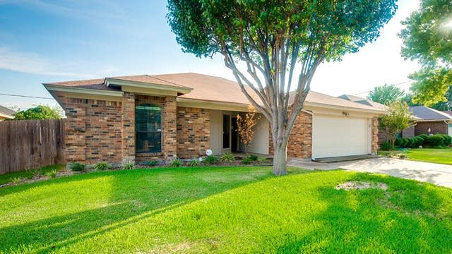 Photo 1 of 30 - 810 Wind Brooke Dr, Arlington, TX 76001