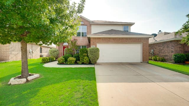 Photo 1 of 26 - 10516 Cloisters Dr, Fort Worth, TX 76131