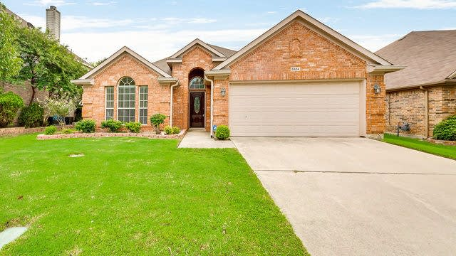 Photo 1 of 26 - 5524 Lawnsberry Dr, Fort Worth, TX 76137