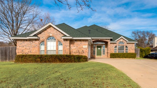 Photo 1 of 27 - 7901 Lucian Dr, North Richland Hills, TX 76182