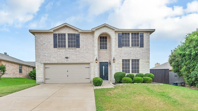 Photo 1 of 27 - 5024 Prestwick Dr, Fort Worth, TX 76135