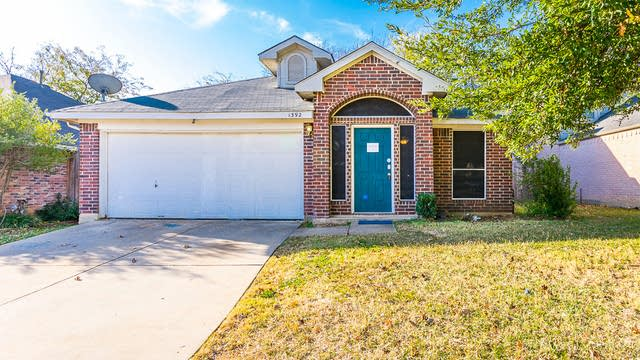 Photo 1 of 29 - 1392 Daffodil Ln, Lewisville, TX 75077