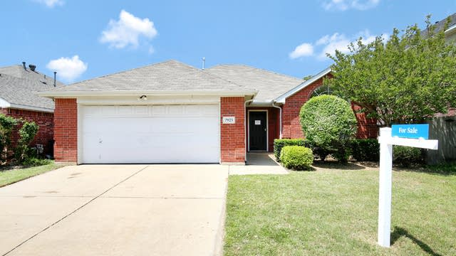 Photo 1 of 26 - 7925 Crouse Dr, Fort Worth, TX 76137