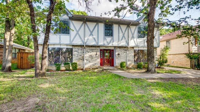 Photo 1 of 34 - 2816 Woodpath Ln, Bedford, TX 76021