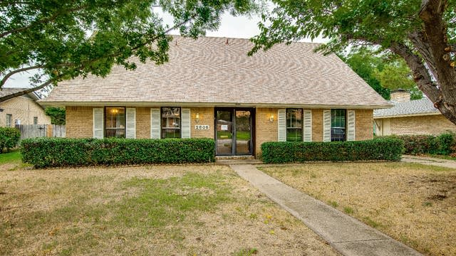 Photo 1 of 28 - 2806 Vancouver St, Irving, TX 75062