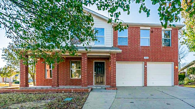 Photo 1 of 30 - 1408 Horseshoe Bend Ct, Fort Worth, TX 76131