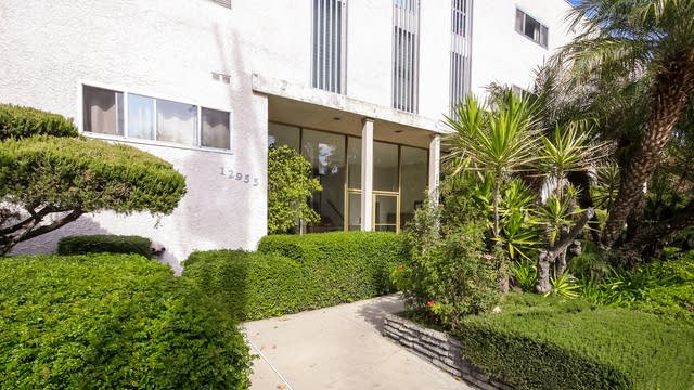 Photo 1 of 26 - 12955 Riverside Dr #207, Los Angeles, CA 91423