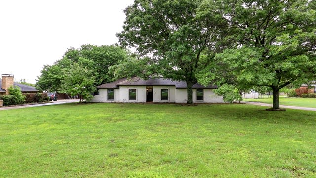 Photo 1 of 27 - 808 Cockrell Hill Rd, Red Oak, TX 75154