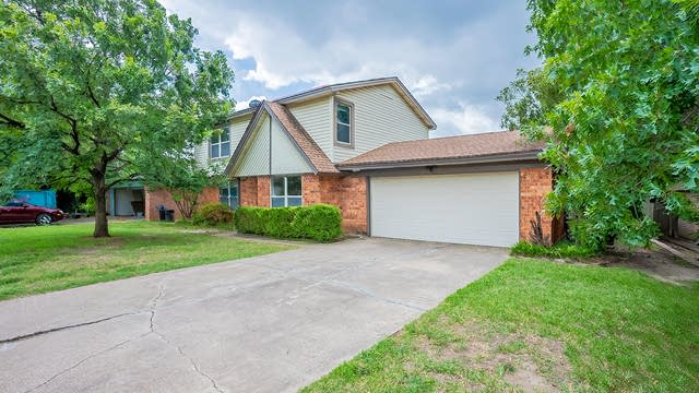 Photo 1 of 25 - 901 Rockwall Dr, Euless, TX 76039
