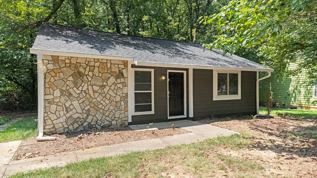 Photo 1 of 18 - 5826 Carved Oak Cir, Charlotte, NC 28227