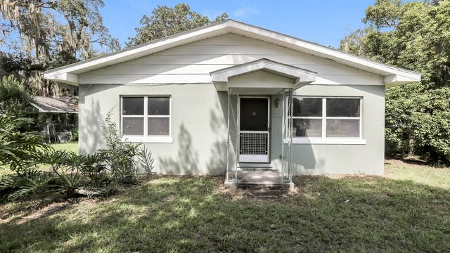 Photo 1 of 27 - 801 S Lone Oak Dr, Leesburg, FL 34748